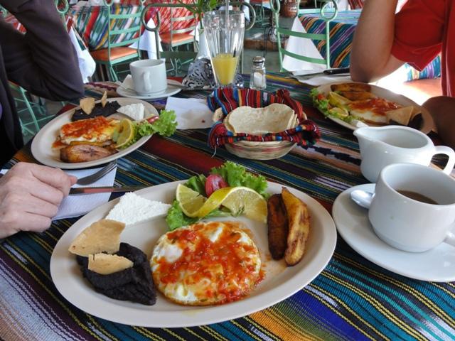 ...bunt auch am Teller, endlich wieder desayuno tipico! =))