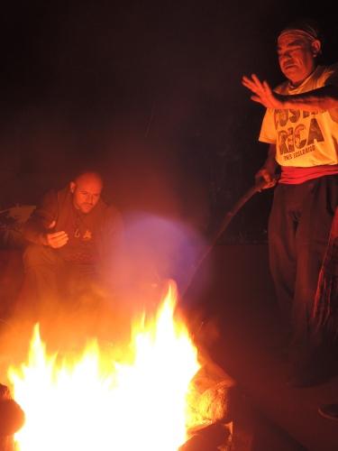 Thomas und Don Juan am nächtlichen Ritualfeuer