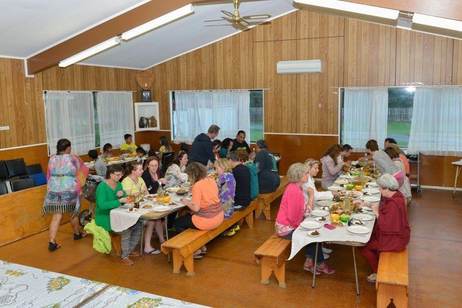 Vom Powhiri gibt es klarerweise kein Foto, aber ungefähr so sah es gleich danach aus. Essen im Wharekai.