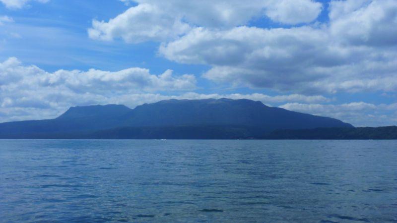 Weihnachten in einer schönen und beeindruckenden Gegend - hinter dem lake Tarewera ist der gleichnamige Vulkan, der nicht immer so friedlich war wie zuletzt.
