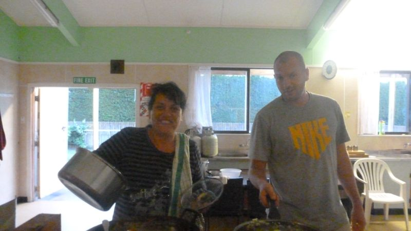 gemeinsames Kochen im Wharekai