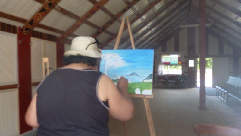 Tagsüber diente das Wharenui unter anderem auch als Atelier. Mum Raewyn schafft ein Kunstwerk für einen speziellen Anlass.