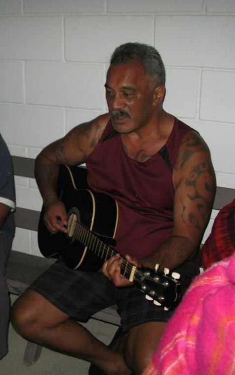 Uncle Nanu beim Musizieren