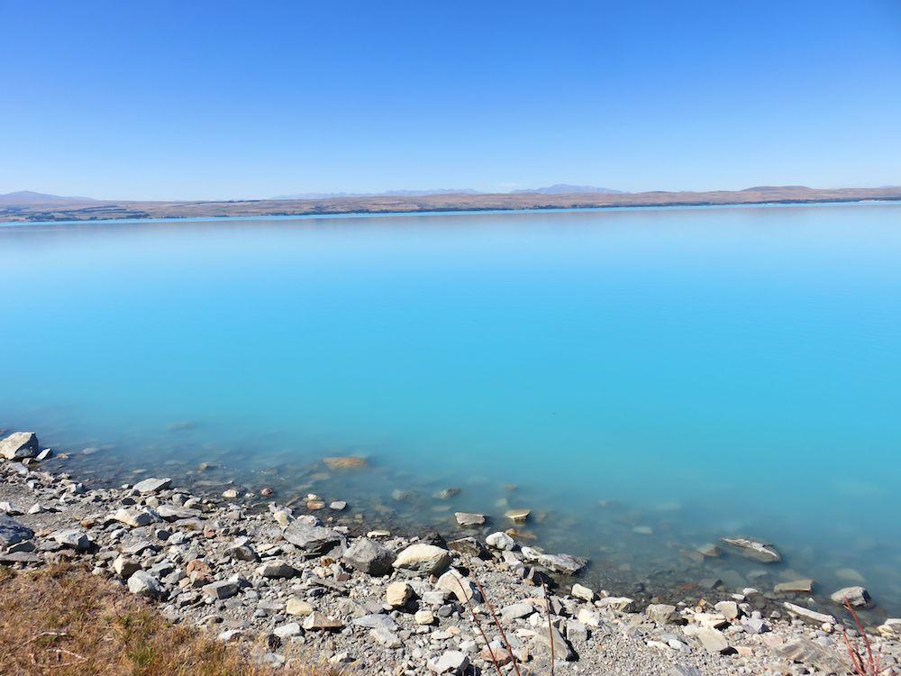 vom Gletscherschliff getrübtes, eiskaltes Wasser. Ist tatsächlich so blau...