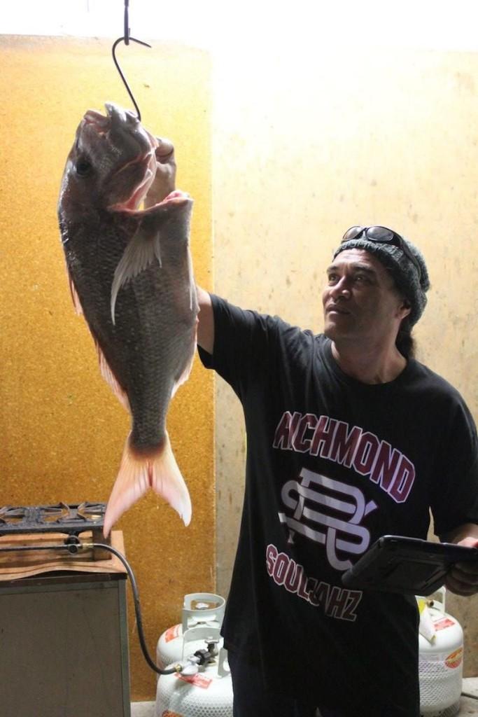 Son mit einem good catch, ein großer Red Snapper,ideal für meine Leibspeise, rohen Fisch