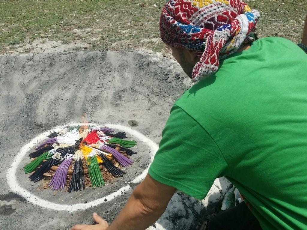 Zeremonie bei den Pyramiden in Uaxactun