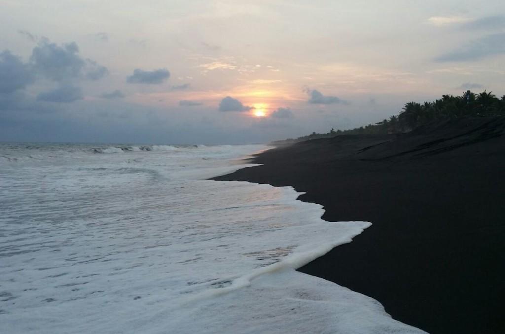 Der schwarze Sandstrand von Monterrico am großen Pazifik, Māuis Heimat