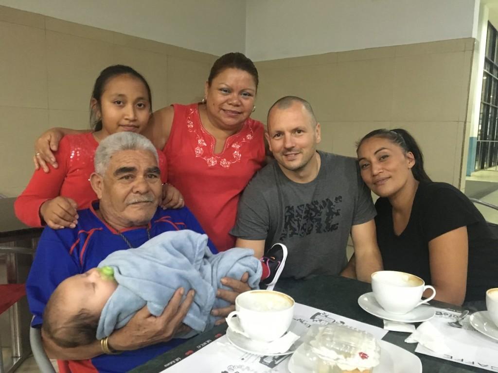 Empfang durch Don Juan und einem Teil seiner Familie am Flughafen