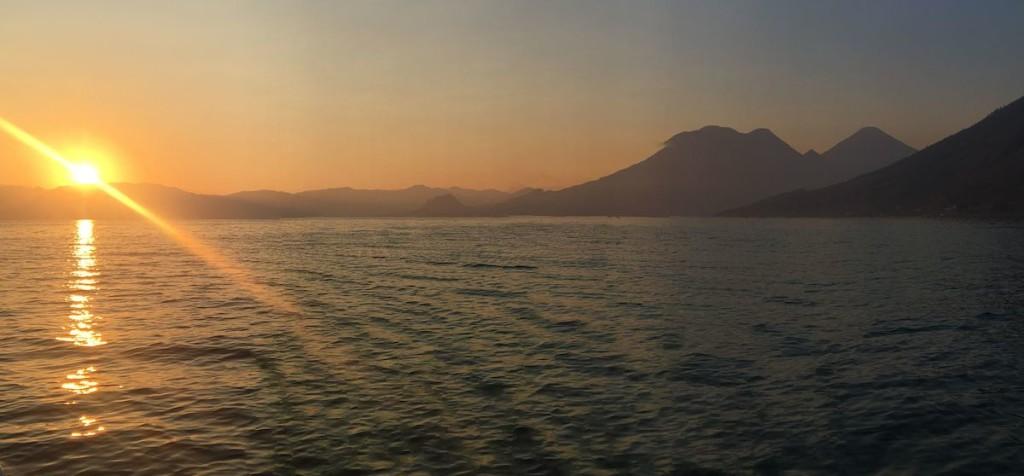 Sonnanaufgang über dem Lago Atitlán