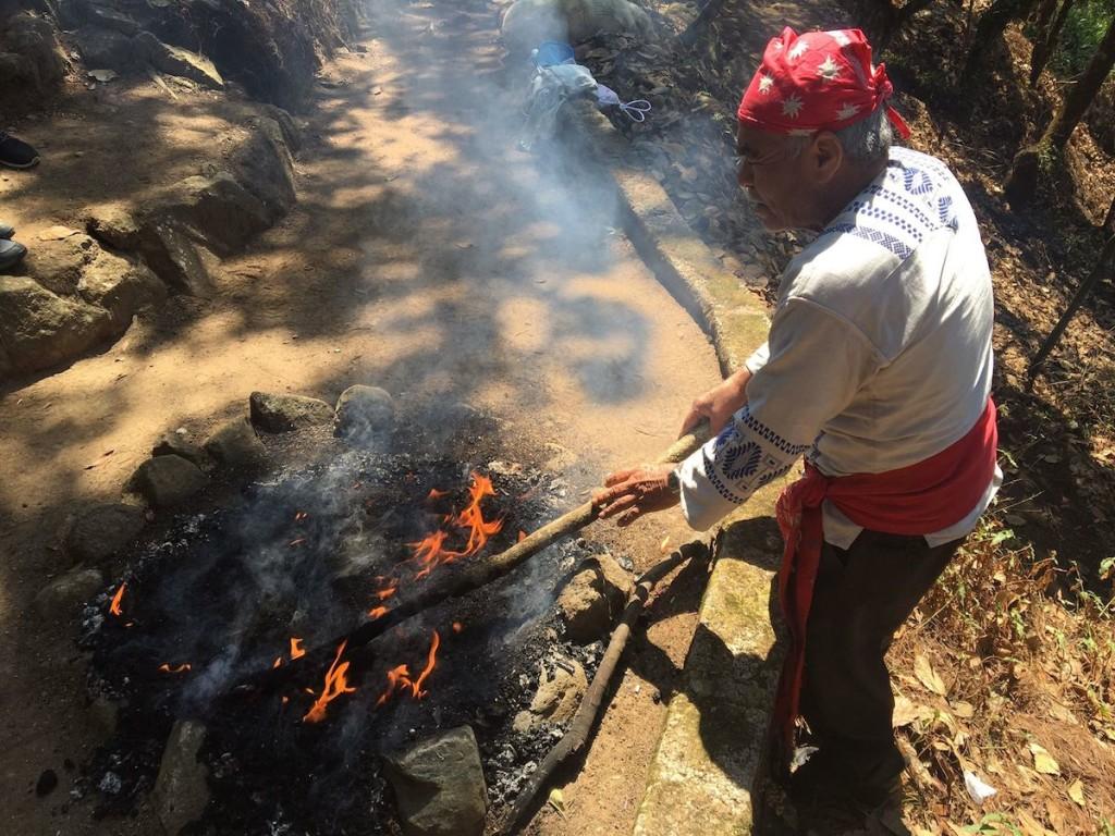 Feuerzeremonie mit Tata Juan in seinem Element