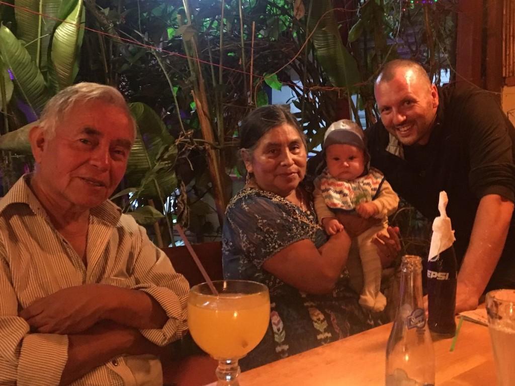Meine Maya-Adoptiveltern Don Francisco und Doña Cecilia freuen sich über ihren neuen Enkel