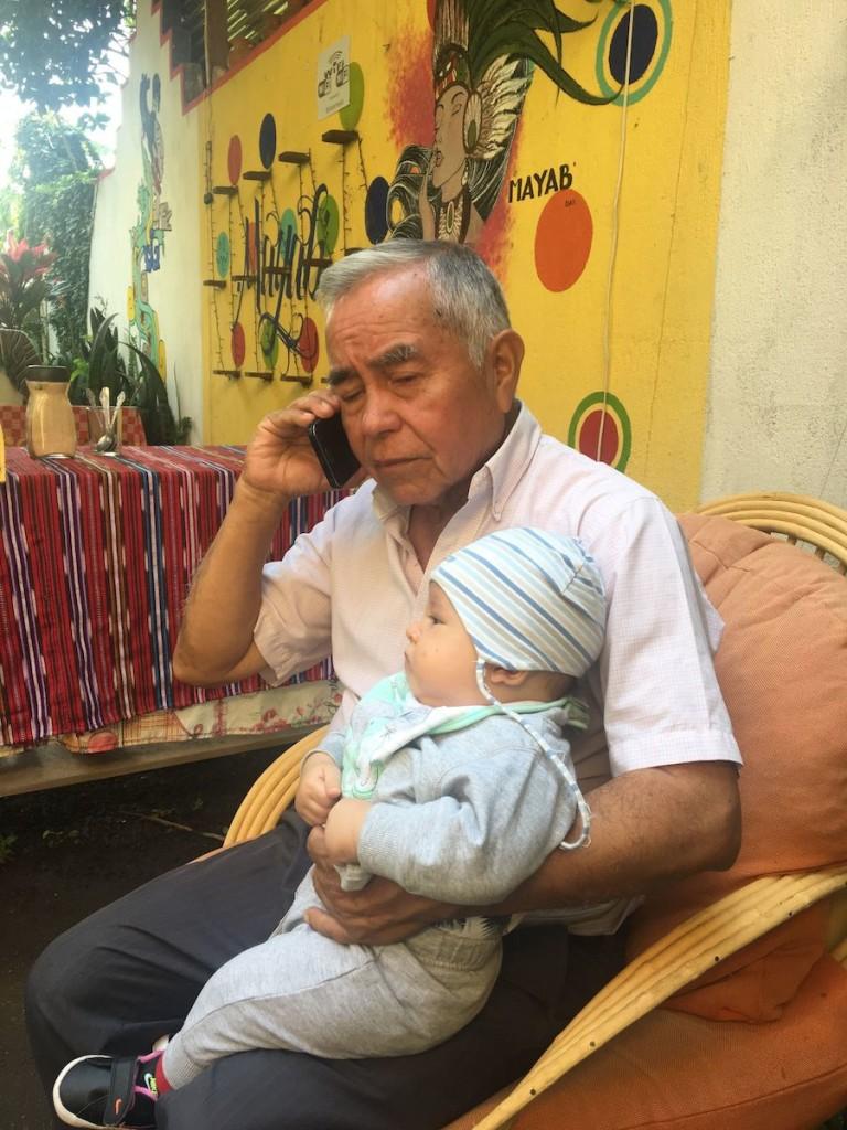 Don Francisco in einer ganz ungewohnten Pose (das Handy, nicht das Baby)