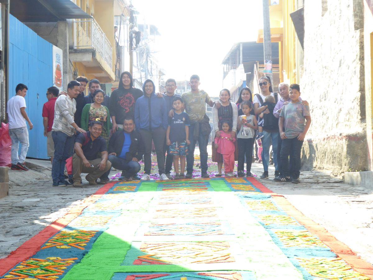 Mit der Familie und dem vollendeten Kunstwerk