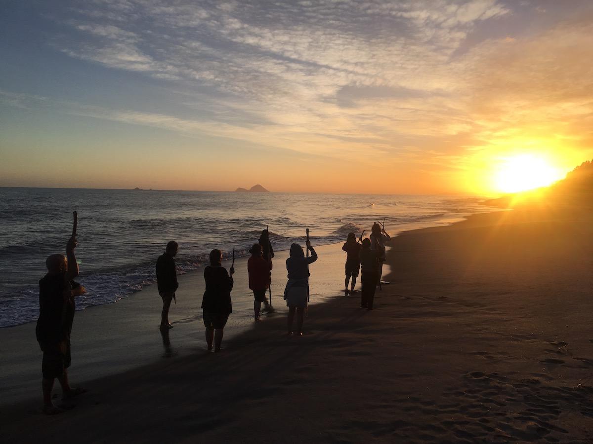 Zeremonie am Meer zum Sonnenaufgang