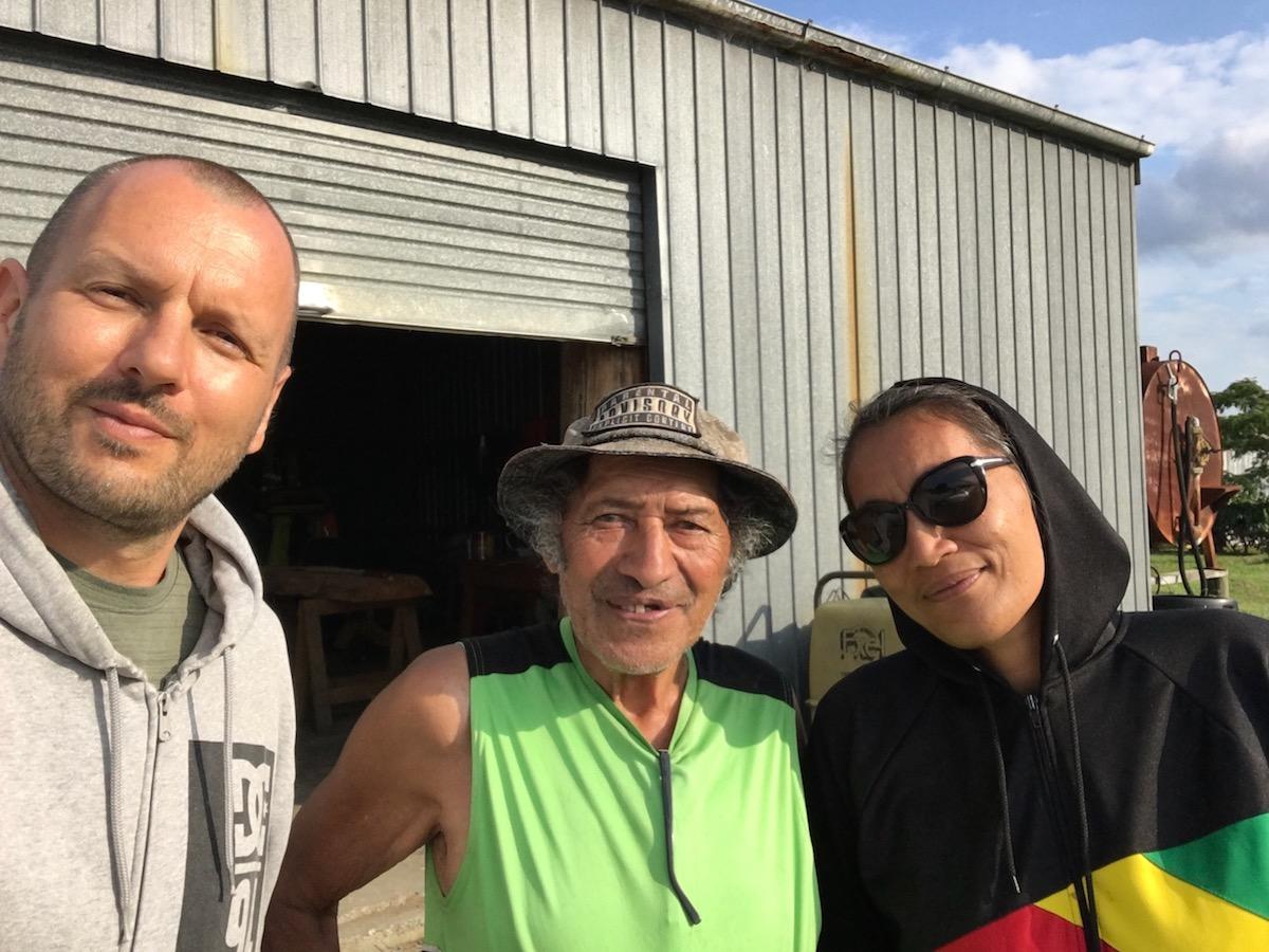 Besuch bei Wyns Onkel Dooley, einem Meister der traditionellen Schnitzkunst