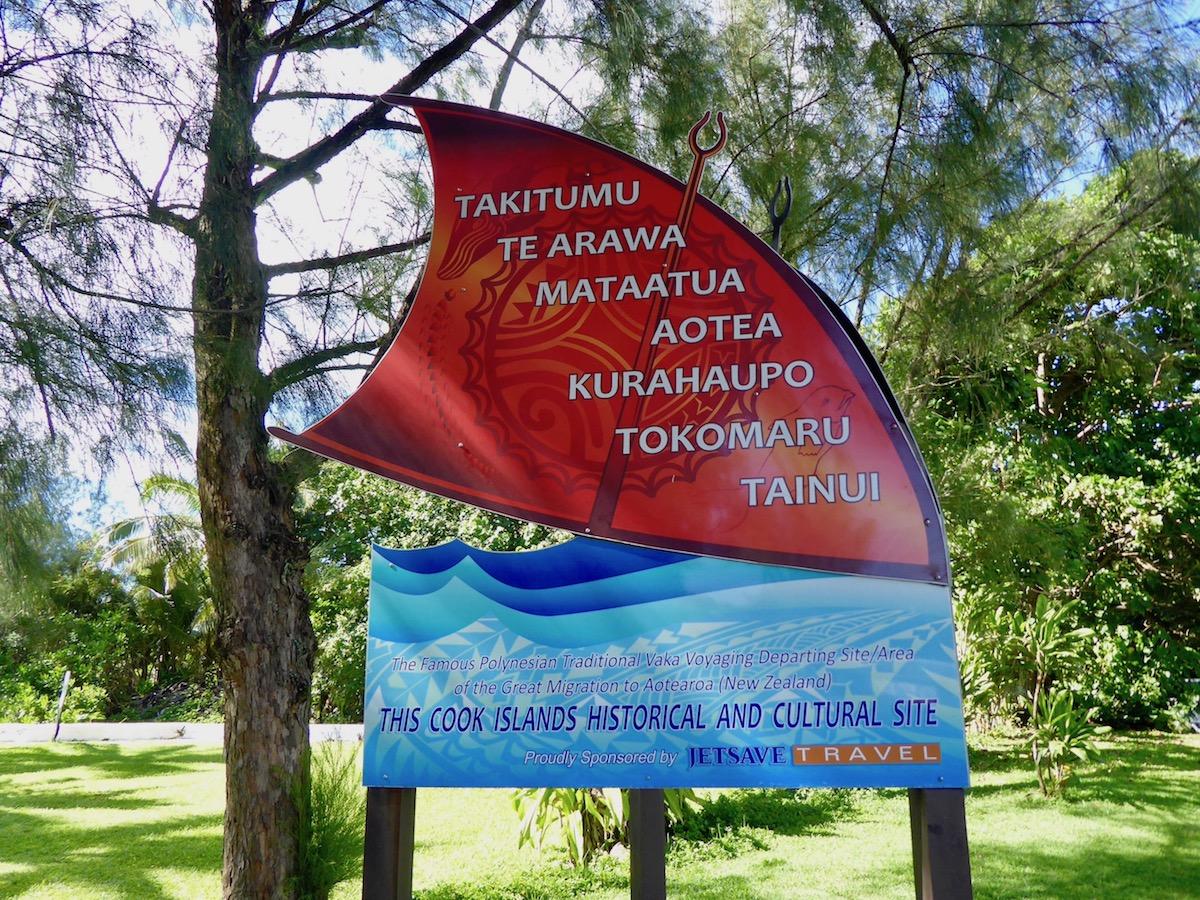 Diese Tafel steht am Abreiseplatz der Wakas. Wyn und Māui stammen sowohl von den beiden Kanus Mataatua und Te Arawa ab